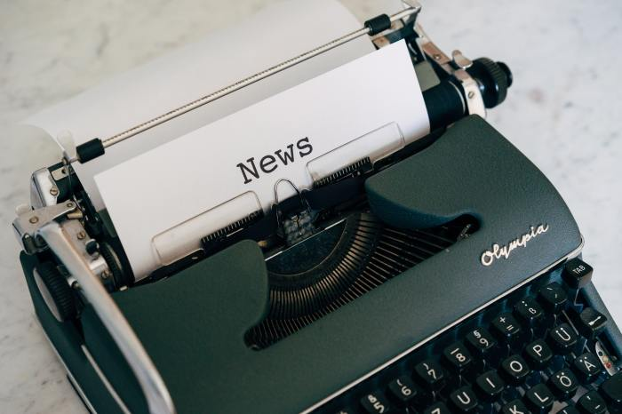 """Image of a typewriter with a sheet of paper with """"news"""" typed on it"""